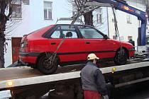 Odtah překážejícího auta v Jeronýmově ulici v Lounech