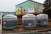 U Základní školy Jižní v Žatci se v tomto týdnu objevily nové kontejnery na tříděný odpad.