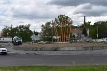 Kruhový objezd u žateckého Kauflandu. Ilustrační foto.