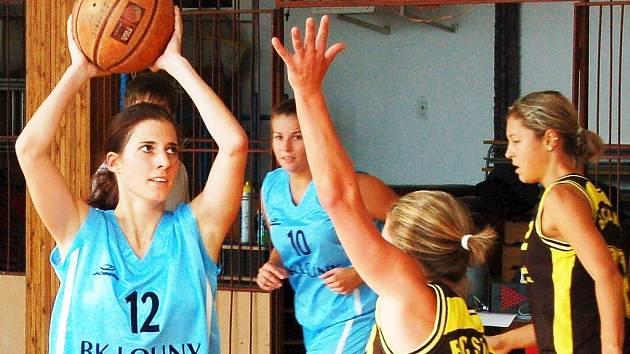 Lounské basketbalistky (v modrém) přehrály Slaný.