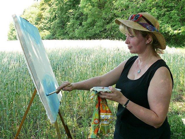 Ivana Jirková maluje obraz v nádherné krajině Českého středohoří.
