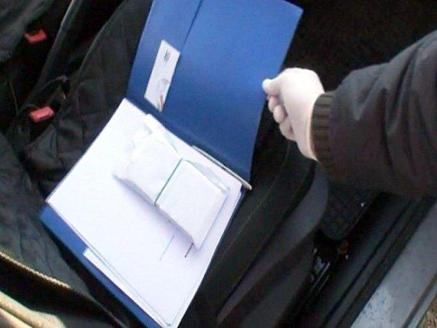 Obálka, kterou policisté našli ve voze při zásahu