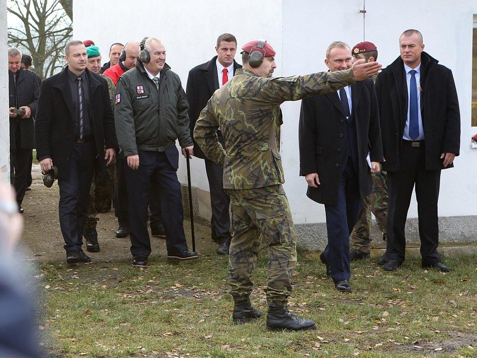 Prezident Miloš Zeman se setkal s vojáky ze žatecké 4. brigády rychlého nasazení na střelnici ve Vršovicích u Loun