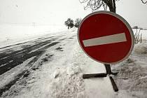 Silnice z Blažimi do Výškova byla od ranních hodin uzavřená. Důvodem bylo husté sněžení a závěje, které musela odstranit až těžká technika. Dopoledne již byla silnice průjezdná, ale pouze jedním směrem.