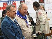 Setkání se zúčastnil i místostarosta Loun Jan Čermák (vlevo), přihlíží skaut Stanislav Svoboda.