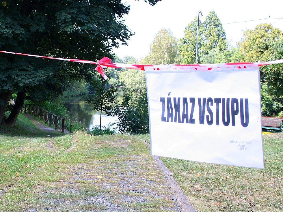 Stezka podél Ohře v Lounech je oficiálně z bezpečnostních důvodů uzavřena