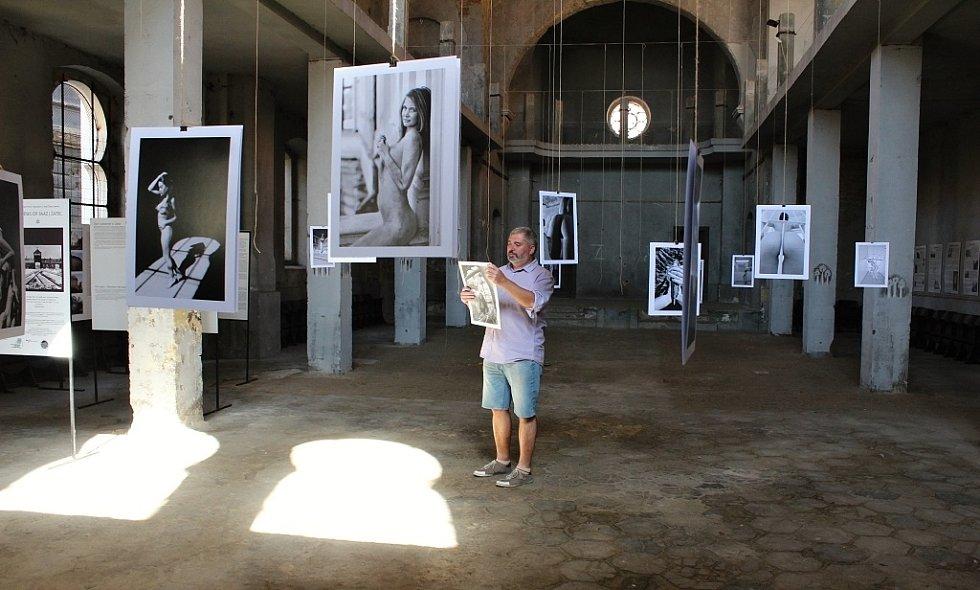 Daniel Černý připravuje v žatecké synagoze výstavu aktů