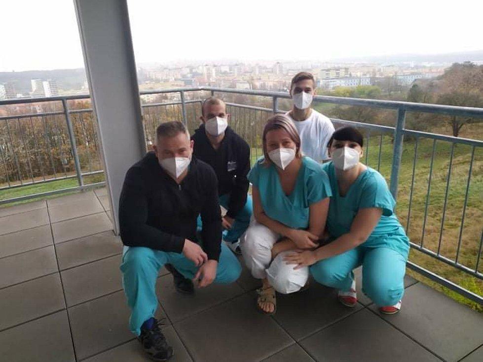 Radek Klečatský a Lukáš Humlíček s personálem mostecké nemocnice.