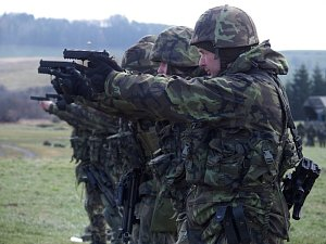 Vojáci s tanky cvičí na Doupově