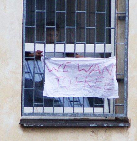 Zadržení cizinci jasně ukazují, že už za mřížemi být nechtějí