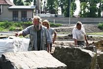 Architekt Stanislav Špoula (vlevo) řídí stavbu nového uměleckého díla v lounském parku.