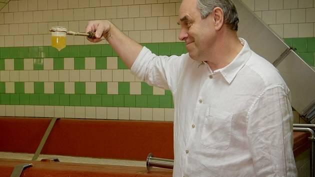 Miroslav Táborský ochutnává pivo v žateckém pivovaru během natáčení dílu o Žatci a jeho chmelu.