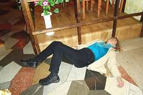 Žena leží na zemi v lounské restauraci U Tří Lip a odmítá vstát.