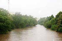 Rozvodněná Ohře v Lounech 4. 6. 2013. Pohled z železničního mostu proti proudu Ohře