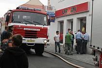 Požár na dvoře v centru Loun