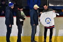 Radek Příhoda předává hokejový dres Zdeňku Slavíčkovi, dlouholeté legendě lounského zimního stadionu a hokejového klubu.