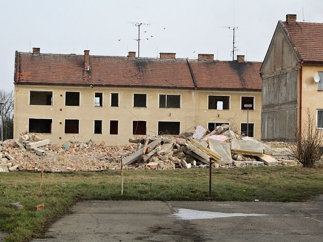 Polovina jednoho z domů už byla zbourána.