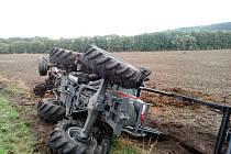 Převrácený traktor. Ilustrační fotografie.