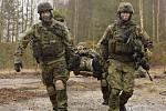 Vojáci ze žateckého 41. mechanizovaného praporu v minulých dnech v Litvě trénovali ošetřování raněných.
