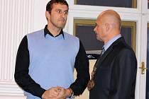 Josef Frolík (Unie pro sport a zdraví) skládá slib zastupitele. Vpravo starosta Radovan Šabata