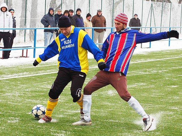 Zimní pohár v Postoloprtech má dlouhou tradici. Na snímku utkání Dobroměřic (vlevo) s Černčicemi z minulých let.