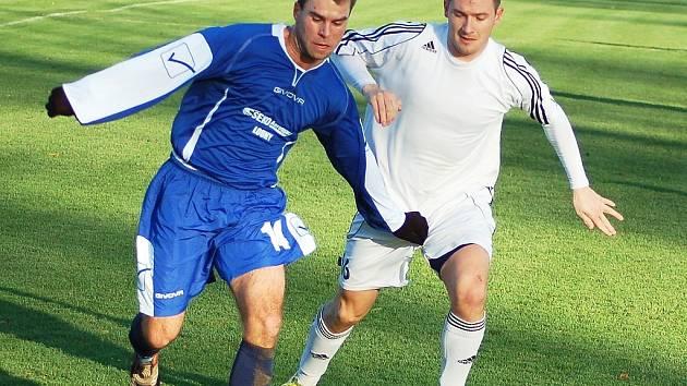 Fotbalisté Loun (v modrém) těsně prohráli ve Štětí. Snímek je z podzimního utkání proti Blšanům.