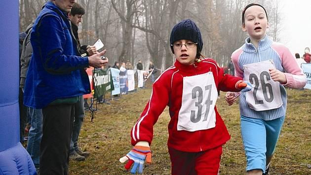 Boj o druhé místo v kategorii dívek do 9 let   předvádí Simona Valentová z Atletiky Kadaň s číslem 26 a  Karolina Hosingerová  z AK Litvínov.