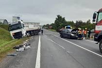 Nehoda u Loun komplikuje dopravu. Při karambolu se zranili dva lidé.