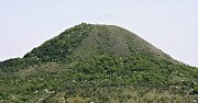 Sousední vrch Oblík pohledem z úpatí Rané