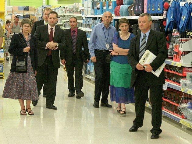 Britská velvyslankyně v ČR Linda Duffield (vlevo) navštívila v minulých dnech nově otevřený hypermarket sítě Tesco v Žatci.