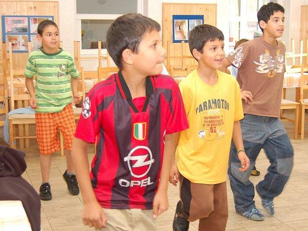 Chlapci v Dětském domově v Žatci  trénují taneční cvičení v rámci preventivního projektu, který je zaměřen na poruchy příjmu potravy.