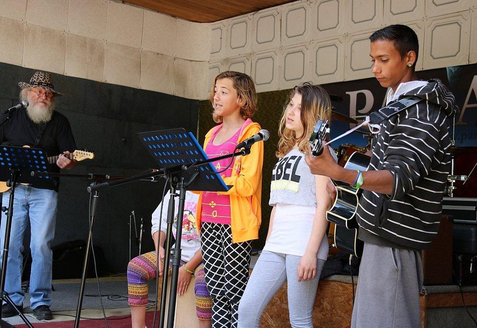 Pěkné vystoupení předvedla školní kapela lounské ZŠ Speciální