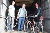 Nakládání jízdních kol na sběrném místě v Žatci