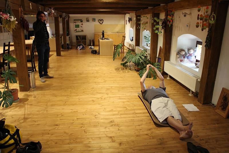 Jaroslav Dušek natáčí v psychiatrické léčebně v Petrohradě na Podbořansku