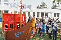 Děti si hrají na nově vybaveném hřišti u MŠ Speciální v Lounech.