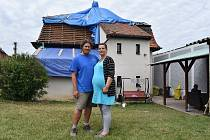 Stebno. Čtyři dny po ničivé bouři. Poničené střechy domů jsou provizorně zakryté plachtami, ve vesnici se dokončuje úklid. Teď se začne opravovat.