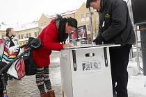Petra Schellová u petice na žateckém Kruhovém náměstí. Vpravo předseda sdružení Stop genocidě Jan Vrána
