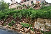 V Nečemicích se zřítila část zdi pod kostelem.