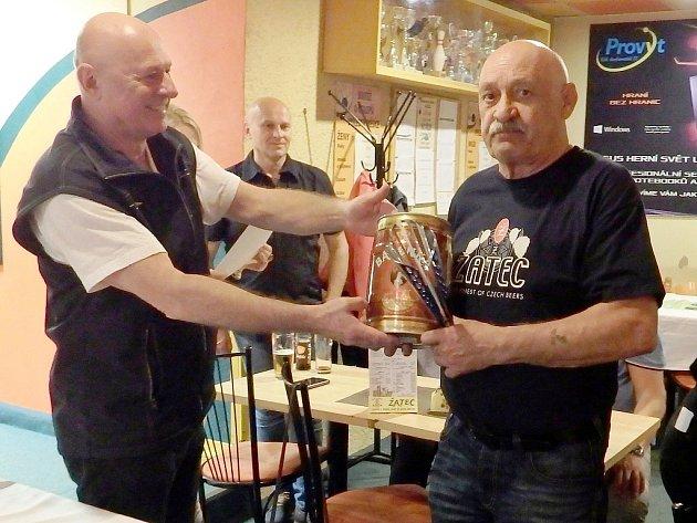 Předseda spolku Petr Šimáček (vlevo) předává cenu, soudek žateckého piva, vítězi mužské kategorie Milanu Hofmanovi.