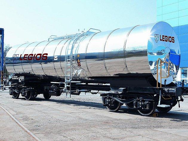 Čtyřnápravový cisternový vůz s nerezovým kotlem