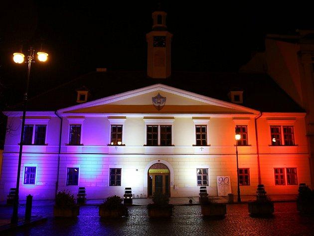 Lounská knihovna byla nasvícena do francouzských barev jako projev podpory