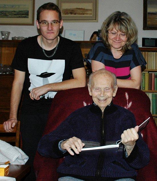 Václav Sadil, který se vdevadesáti letech dočkal své nové knížky, sdcerou Lenkou a vnukem Karlem.