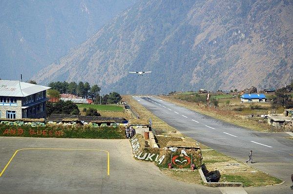 Himalájské letiště vLukle. Jeho krátká runway musí být nakloněna, aby letadlo dostalo správnou rychlost pro start, nebo naopak aby stihlo zabrzdit.