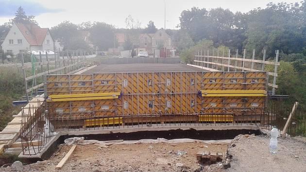 Most přes Liboc u Sedčic prochází rozsáhlou rekonstrukcí. Stejně tak jako mosty u Chlumčan nebo Klůčku.