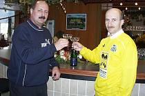 Blšanský funkcionář Zdeněk Kovář (vlevo) tragicky zahynul. Byl jedním ze strůjců cesty Blšan do první fotbalové ligy. Na snímku z přelomu let 1999 a 2000 připíjí s Petrem Vrabcem.