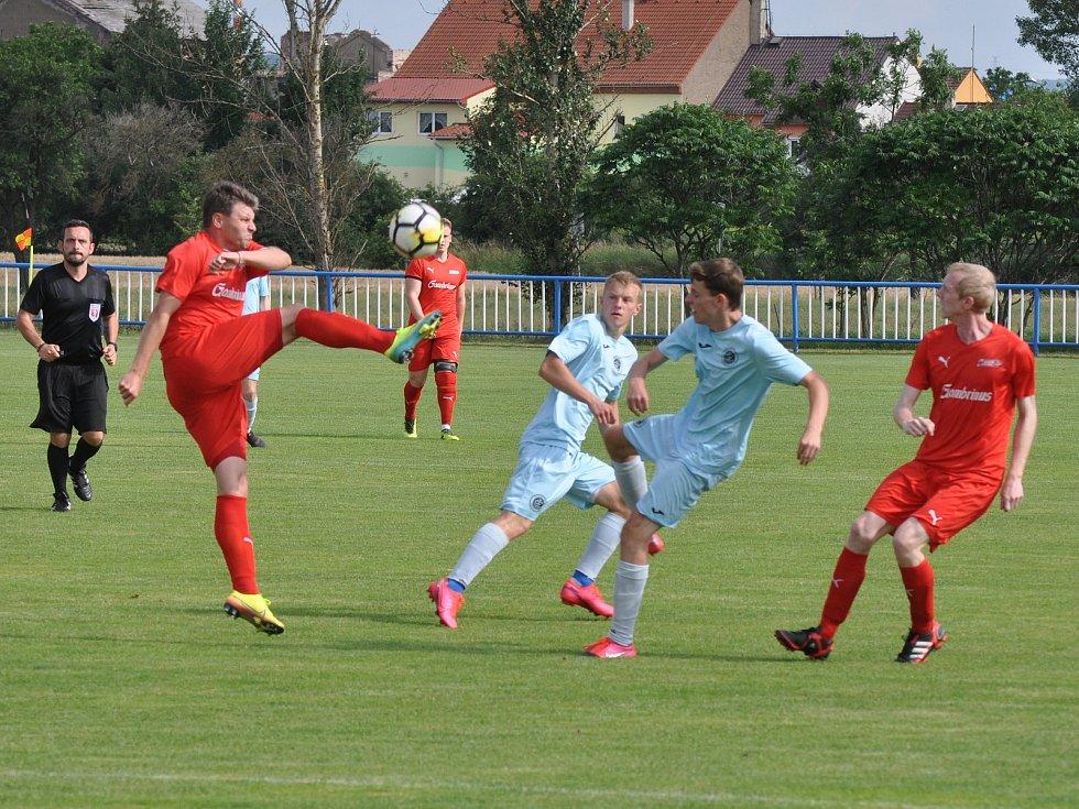 Mladíci Chomutova (v modrém) finálový zápas zvládli a zaslouženě si odvezli turnajové prvenství.