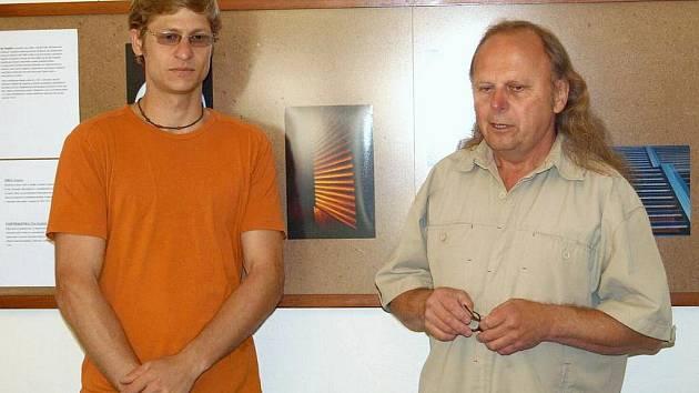 Návštěvníky vernisáže přivítal majitel galerie Miroslav Blažek (vpravo) a autor výstavy Ilja Pospíšil.