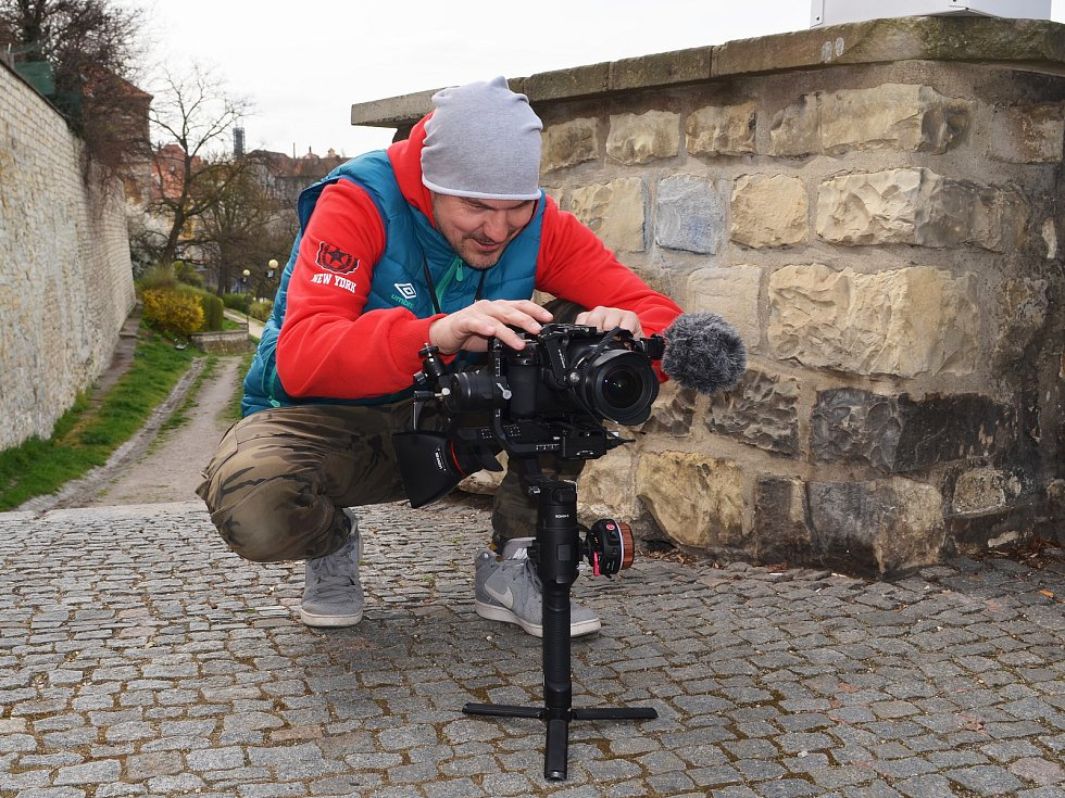 Žatečtí filmaři opět točí, tentokrát v ulicích města vzniká krátký snímek do celosvětové soutěže Nespresso talents. Na snímku je Lukáš Šimandl.