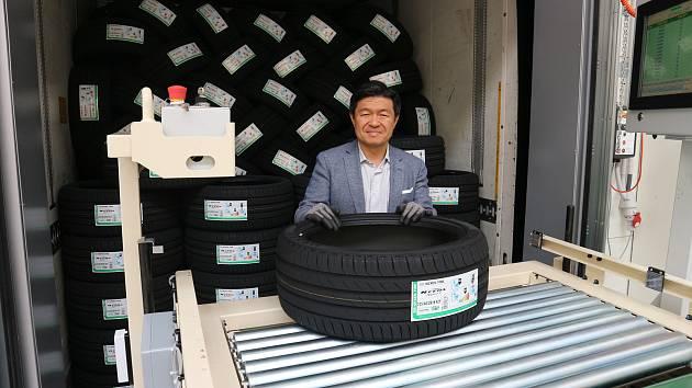 Historicky úplně první pneumatiku žatecké továrny vyexpedoval generální ředitel společnosti Nexen Tire pan Travis Kang.