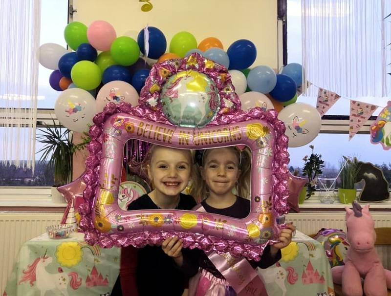 Eliška oslavila v Sedmikrásce své první narozeniny. Nechyběly balónky a dort.